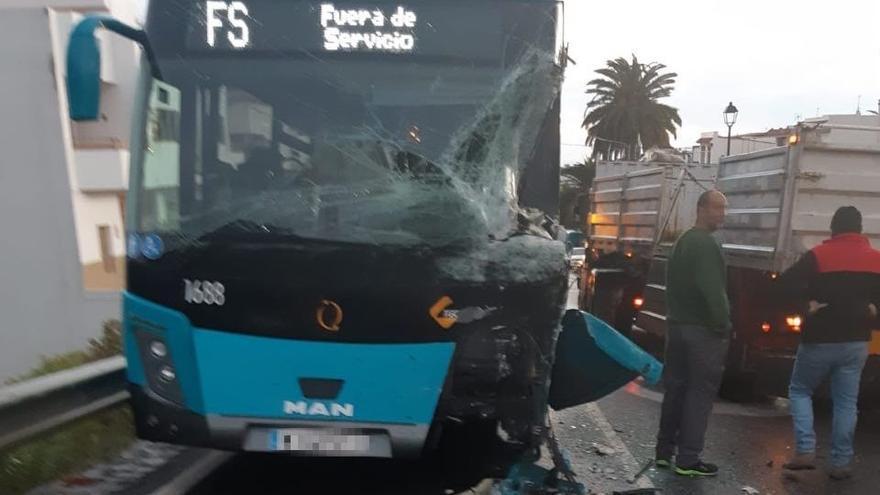 Aparatoso accidente entre una guagua y un camión en Arucas
