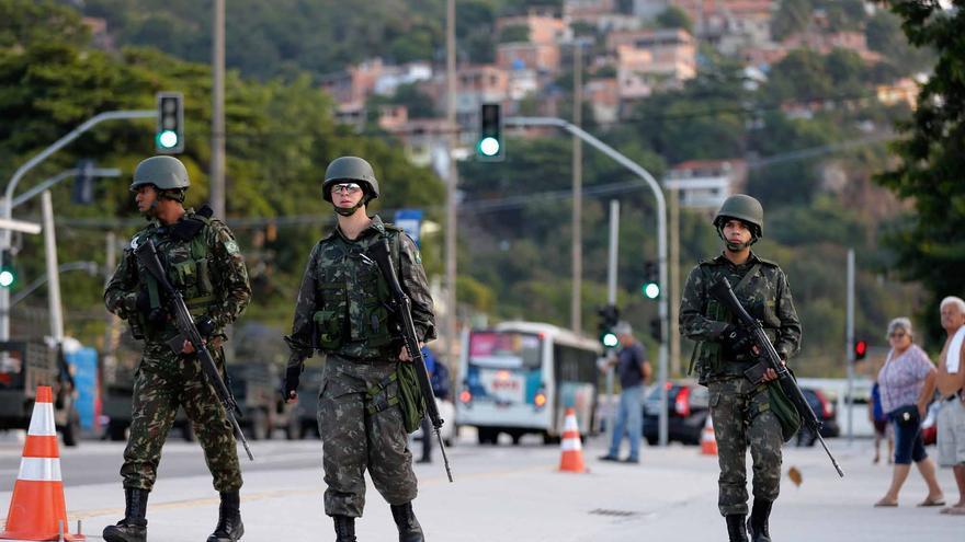 Soldados brasileños en una patrulla por las calles de Río de Janeiro.