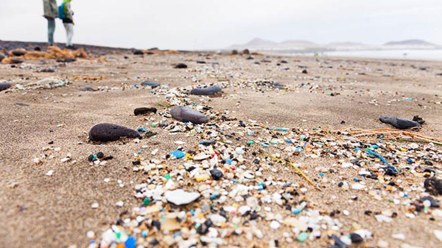 Microplásticos en una playa.