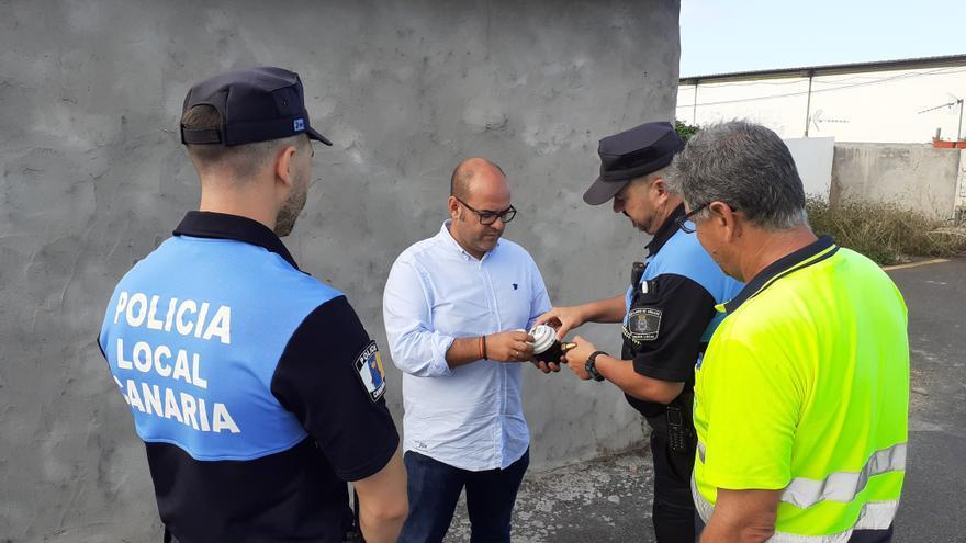 Francisco Leal con agentes de la Policía Local.