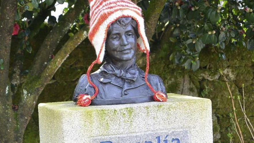Prendas de ropa tejidas a mano en honor a Rosalía de Castro