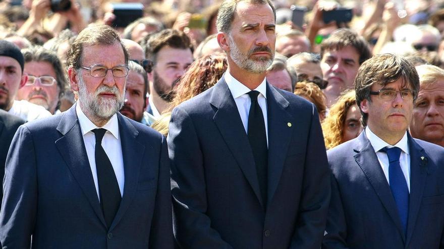 Rajoy, el rey Felipe VI y Puigdemont