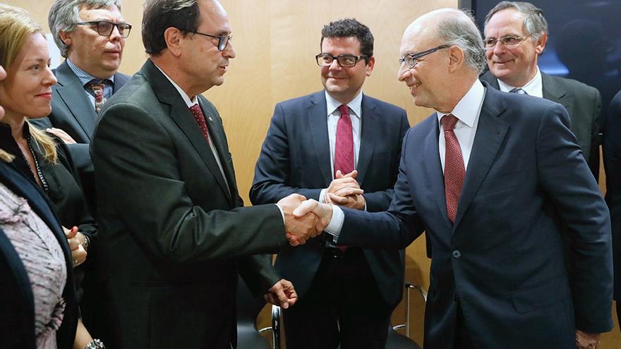 El conseller Vicent Soler saluda a Cristóbal Montoro en la reunión del Consejo de Política Fiscal y Financiera