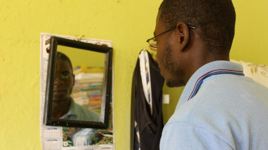 La imagen que rechaza el espejo. Juan Alberto es una de las víctimas de la ley 169-14, que obliga a los dominicanos hijos de haitianos no inscritos en un Registro Civil del país a naturalizarse como extranjeros, a pesar de haber nacido en la República Dominicana/ ©Ana Paola van Dalen