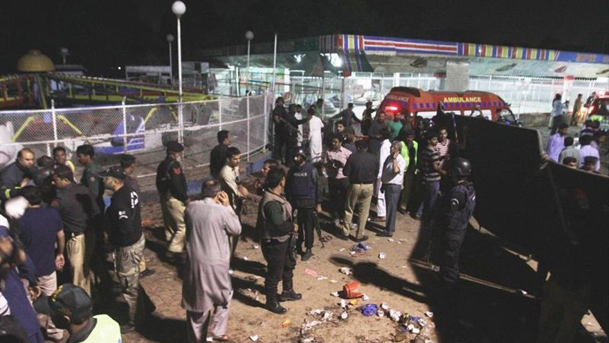 Al menos 63 muertos y 290 heridos en un atentado suicida en un parque en Pakistán