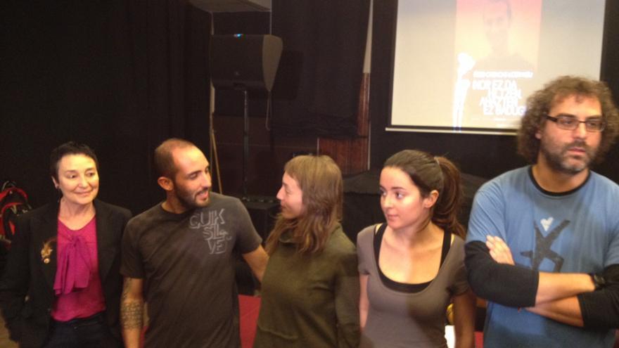 La abogada Jone Goirizelaia y varios amigos de Íñigo Cabacas le recuerdan a un mes del segundo aniversario de su muerte.