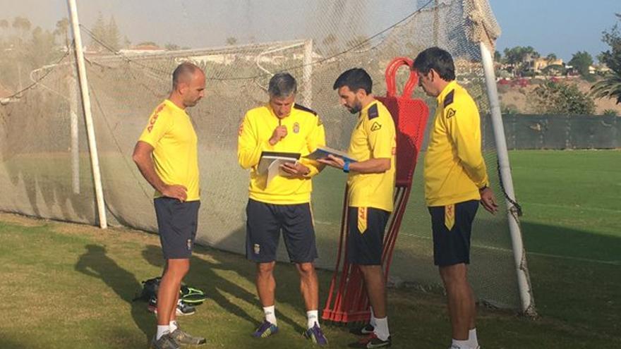 El entrenador de la UD Las Palmas, Quique Setién con su cuerpo técnico en Maspalomas.