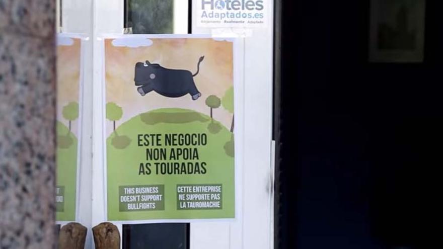 Cartel en un local de Triacastela contrario a la organización del evento taurino / Vox Ánima