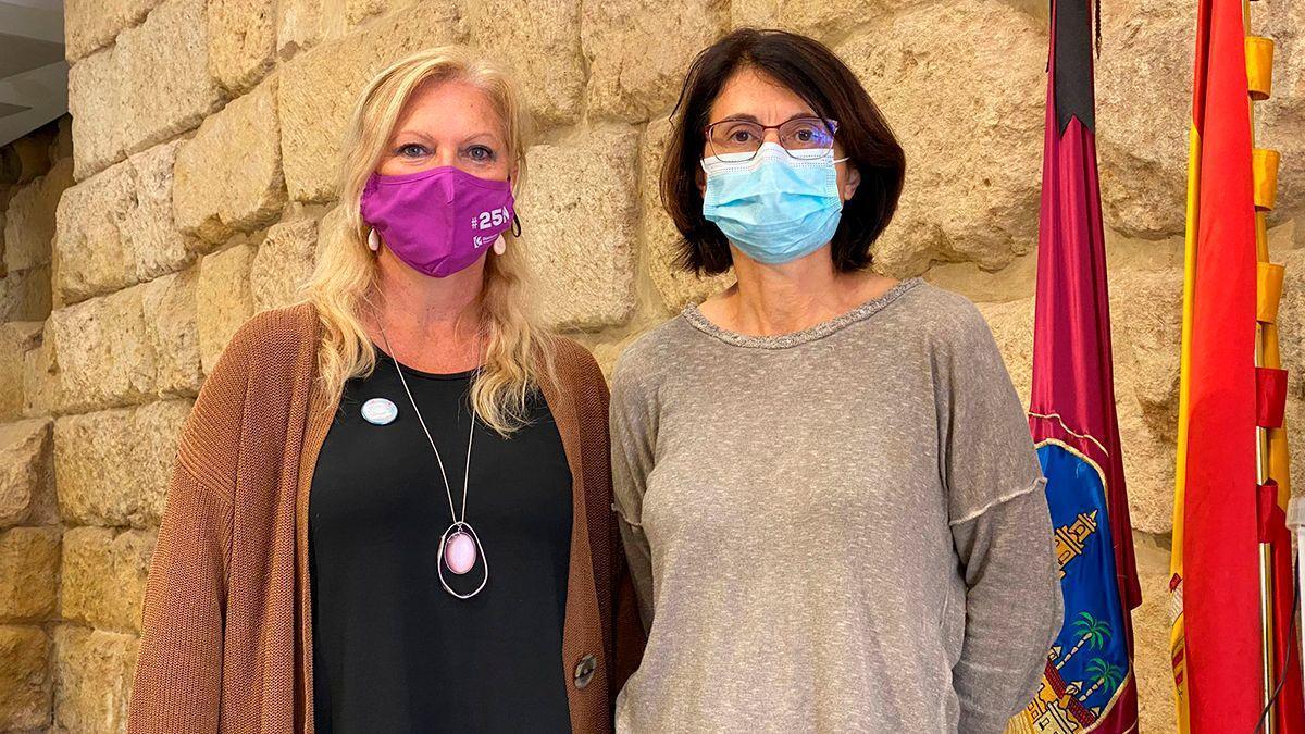 Cristina Pedrajas (Podemos) y Amparo Pernichi (IU), en el Ayuntamiento.