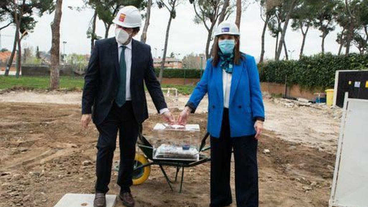 El consejero David Pérez junto a la alcaldesa de Pozuelo, Susana Pérez-Quislant, en el inicio de las obras del polideportivo Carlos Ruiz.