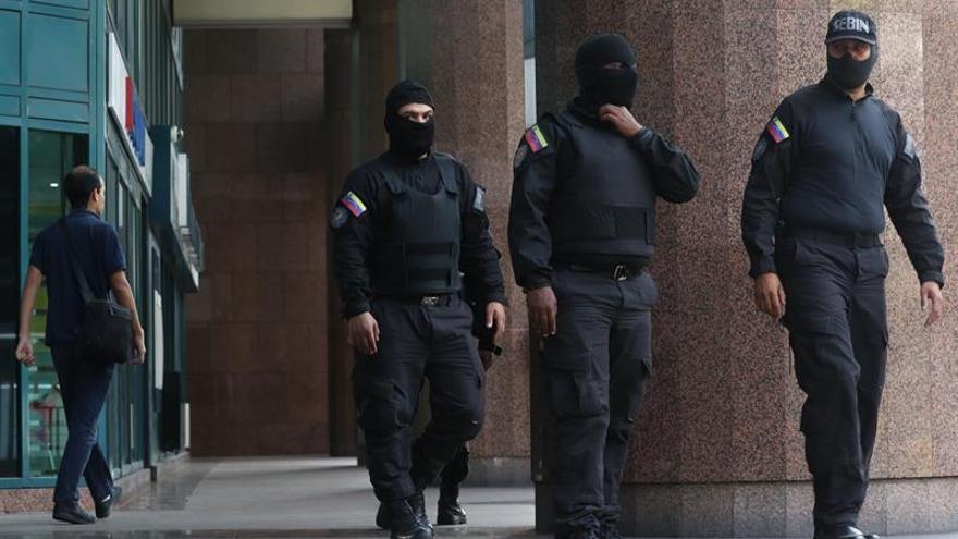 Miembros del Servicio Bolivariano de Inteligencia Nacional (Sebin) fueron registrados este martes al inspeccionar el interior del edificio donde se ubica la oficina del líder opositor venezolano Juan Guaidó, en Caracas (Venezuela).