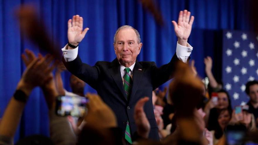 Un emocionado Bloomberg se despide llamando a derrotar a Donald Trump