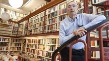 Ignacio Latierro, cofundador de 'Lagun',junto a María Teresa Castells, en la librería donostiarra.