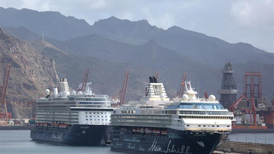 Los cruceros Mein Schiff3 y Mein Schiff Herz (d), de la compañía TUI, en el puerto de Santa Cruz de Tenerife.