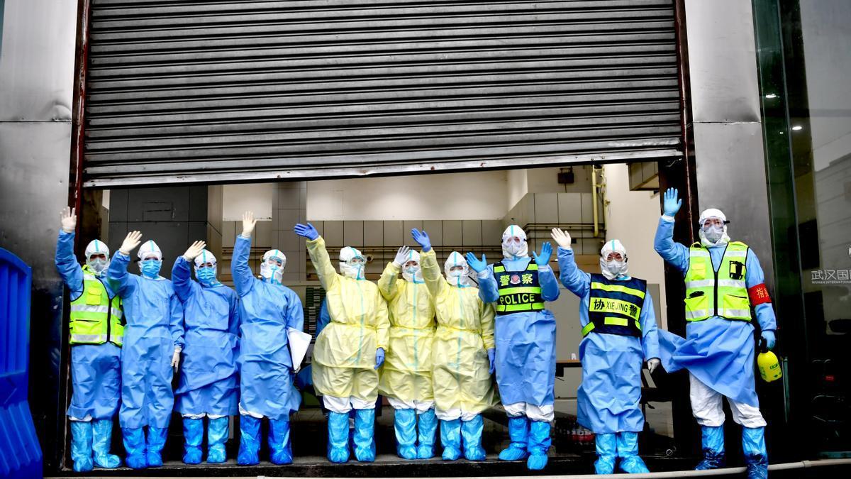 Trabajadores sanitarios celebran el cierre de un hospital temporal en Wuhan.