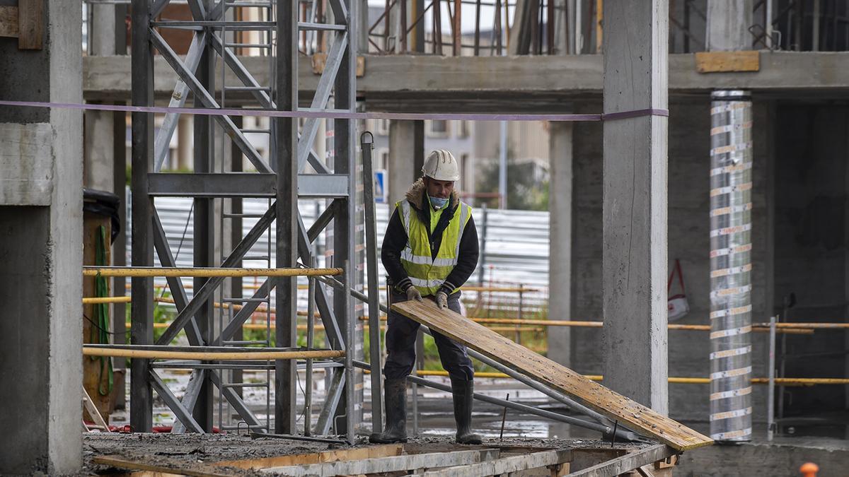 Un obrero trabaja en la construcción de un edificio en Santander.