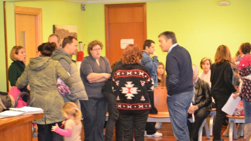 El alcalde, Enrique Torre, conversa con los padres, que reclaman la intervención del Ayuntamiento en el Centro Infantil.