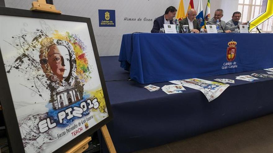 El presidente del Cabildo de Gran Canaria, Antonio Morales (2i), el alcalde del municipio de Teror, Gonzalo Rosario (2d), acompañados por responsable del Departamento de Música del Cabildo, Fernando Suárez (d); y por el concejal de Cultura del municipio de Teror, Henoc Acosta (i).
