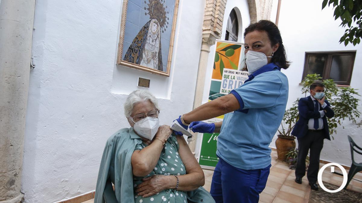 Manuel García, recibiendo su vacuna contra la gripe