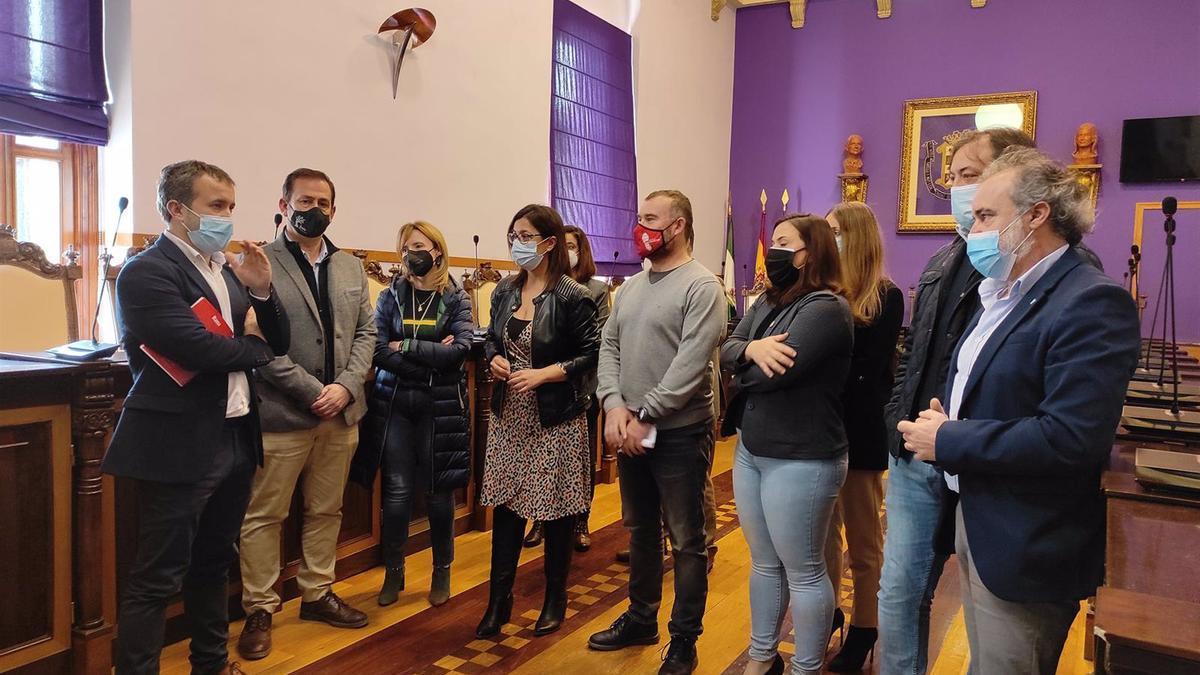 El alcalde de Jaén, Julio Millán, con los concejales del PSOE.
