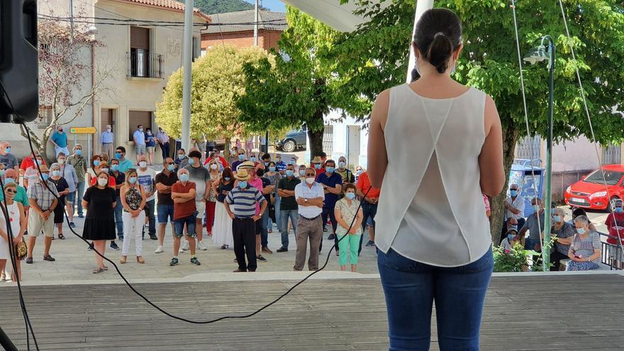 Concentración contra la violencia tras el ataque a varias propiedades del alcalde de Navas de Estena