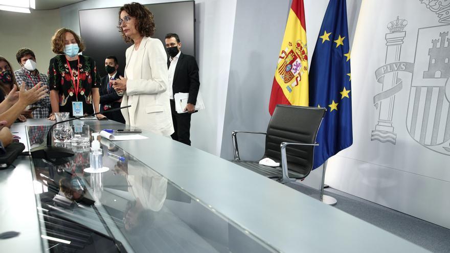 La ministra portavoz y de Hacienda, María Jesús Montero, habla con periodistas al término de una rueda de prensa posterior al Consejo de Ministros en Moncloa, en Madrid (España), a 1 de septiembre de 2020.