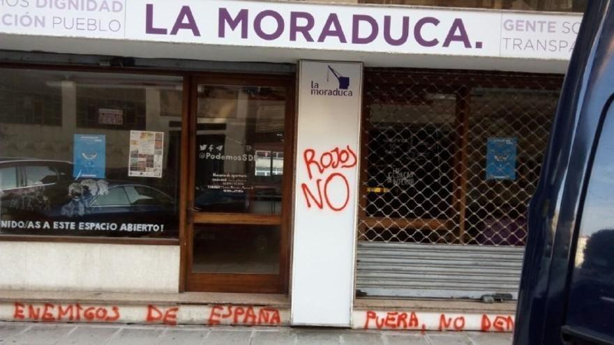 Aparecen pintadas en la sede de Podemos Cantabria