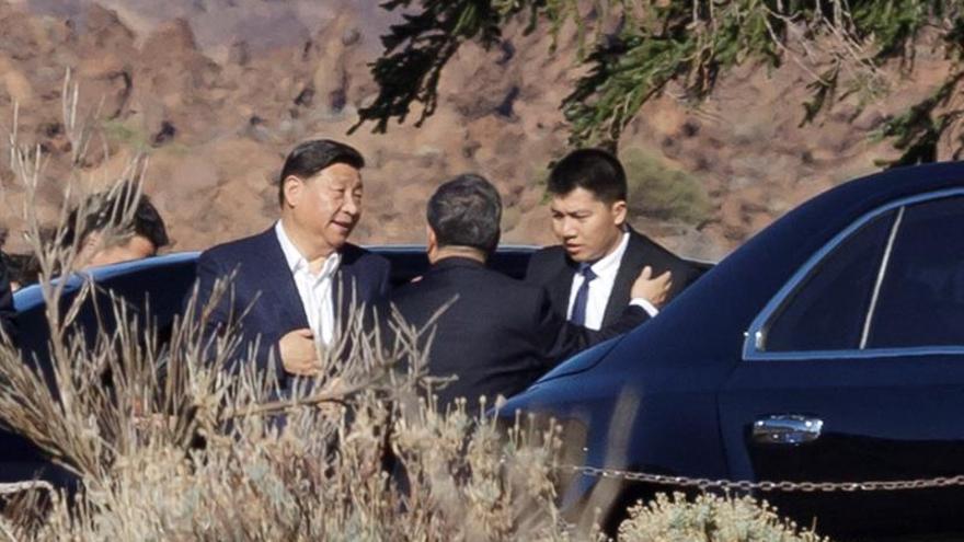 El presidente de China, Xi Jinping (i), a su llegada al Parador del Parque Nacional de El Teide. EFE/Ramón de la Rocha