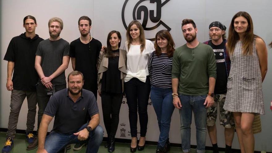La concejal Rebeca Pérez junto a ganadores CreaMurcia fotografía y artes visuales