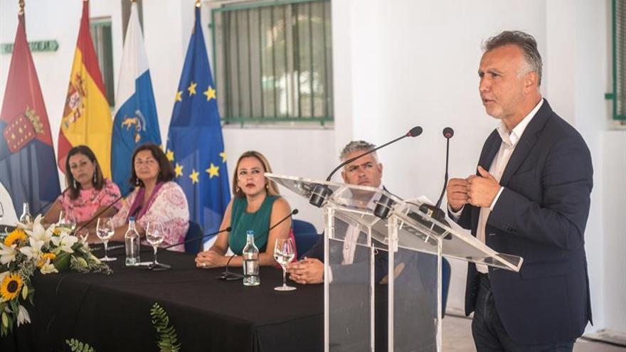 El presidente del Gobierno de Canarias, Ángel Víctor Torres (1d), ha asistido este lunes a la apertura del curso escolar 2019-2020 en las islas, celebrado en el colegio Argana Alta, en Arrecife (Lanzarote), junto con la consejera de Educación de la comunidad autónoma, María José Guerra Palmero (2i); la presidenta del Cabildo de Lanzarote, Dolores Corujo (3d); la alcaldesa de Arrecife, Astrid Pérez (1i), y el director del centro, Miguel Valencia (2d).
