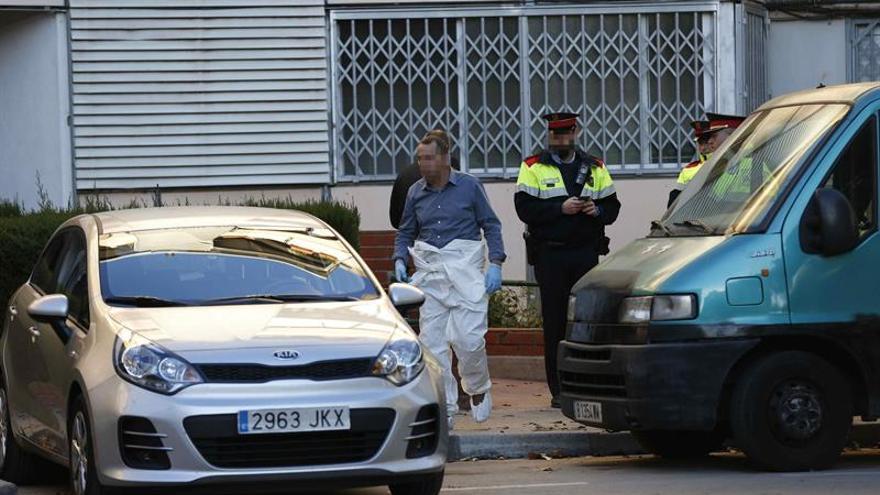 Hallan dos muertos con signos de violencia en un piso de Badia del Vallès