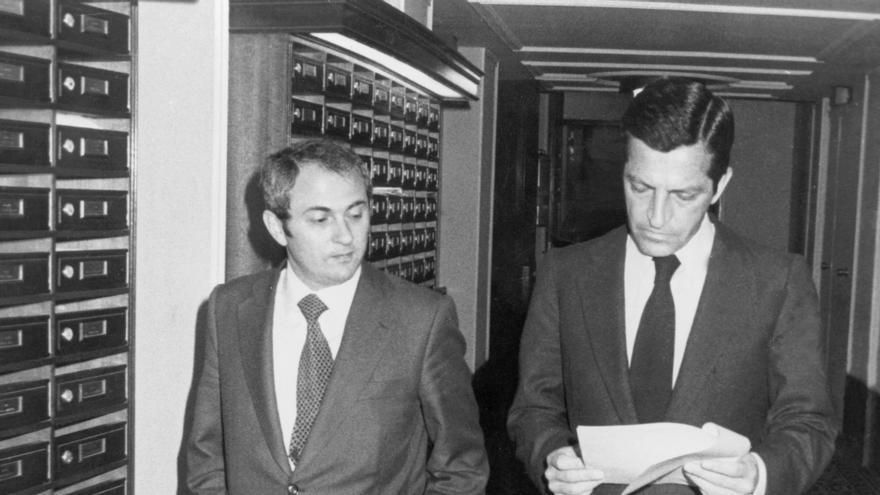 Madrid, 13-3-1980.- El presidente del Gobierno, Adolfo Suárez, conversa con el ministro de Educación, Otero Novas, en uno de los descansos de la sesión plenaria del Congreso de los Diputados de esta tarde.