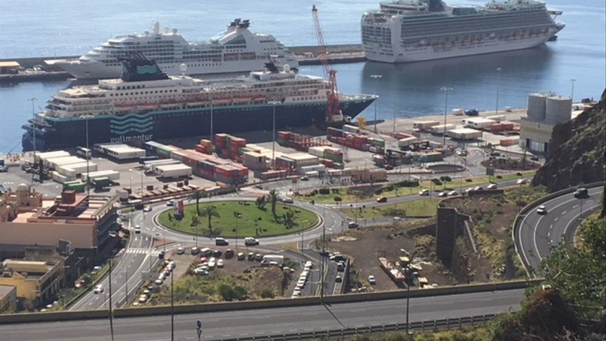 Los buques 'Ventura', 'Seabourn Quest' y 'Horizon', este lunes, en el Puerto de Santa Cruz de La Palma.
