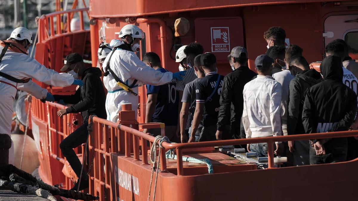 a Guardamar Talía traslada al muelle de Arguineguín a los 50 ocupantes de la última de las cuatro embarcaciones con inmigrantes localizadas este miércoles 15 de septiembre al sur de Gran Canaria.