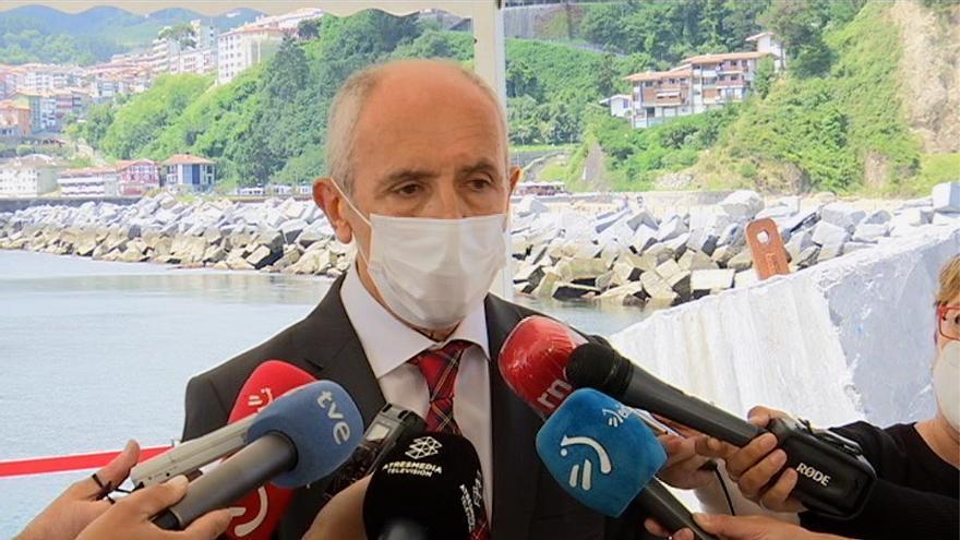 Ell consejero de Seguridad y vicelehendakari, Josu Erkoreka, en declaraciones en el Puerto de Mutriku (Gipuzkoa)