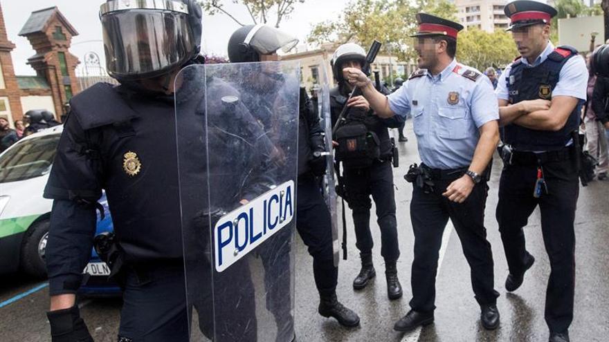 Una patrulla de mossos se encara a la Policía el 1-O