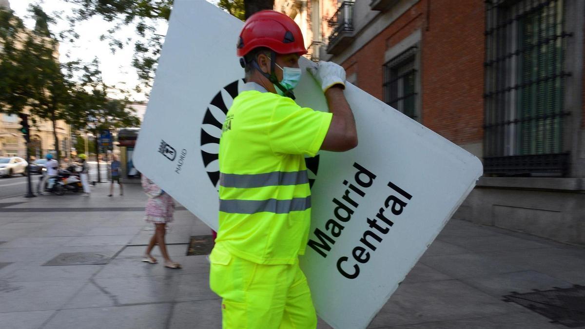 Un operario comienza hoy domingo la retirada de la señalética de Madrid Central, tres días antes de que entre en vigor la nueva ordenanza de Movilidad Sostenible de la capital.