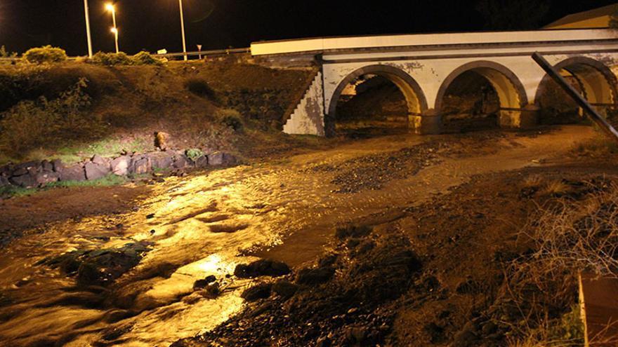 El barranco corrió bajo el Puente de los tres ojos de Gáldar, una instantanea que según los vecinos, no se tomaba desde hace años. (Foto: Borja Vera).
