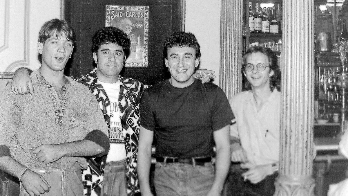 Pedro Almodóvar, en octubre de 1988, en el café Manuela. Una de las fotografías inéditas que forman parte de la exposición