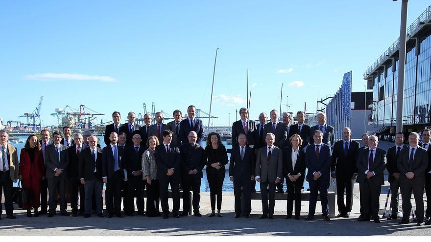 Reunión del Fondo de Compensación Interportuaria en noviembre de 2018. Los representantes de autoridades portuarias rodean a la expresidenta de Puertos del Estado, Ornella Chacón.