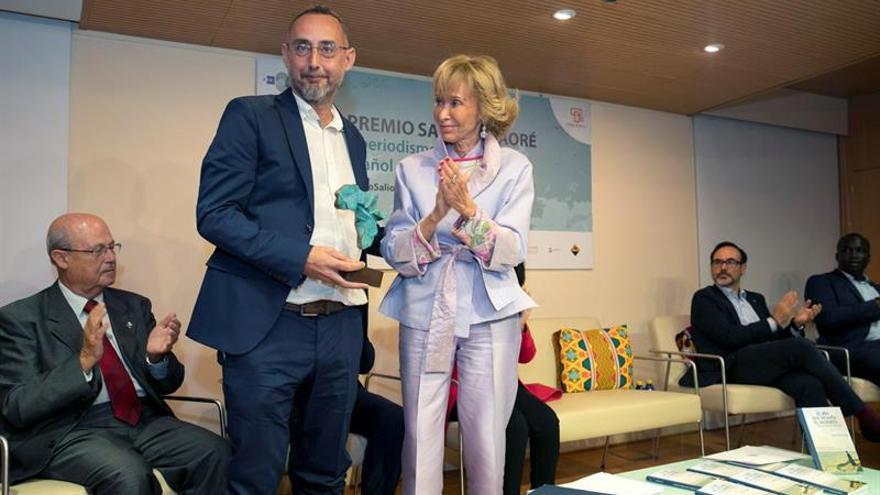 La Agencia EFE y Casa África entregan al periodista grancanario Pepe Naranjo (2ºi) el Premio Saliou Traoré en su primera edición. Hace la entrega la presidenta del Consejo de Estado, María Teresa Fernández de la Vega (C).