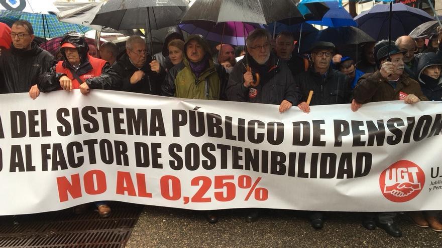 """Sánchez acusa al Gobierno de """"destruir"""" las pensiones de los jubilados que """"construyeron"""" España"""