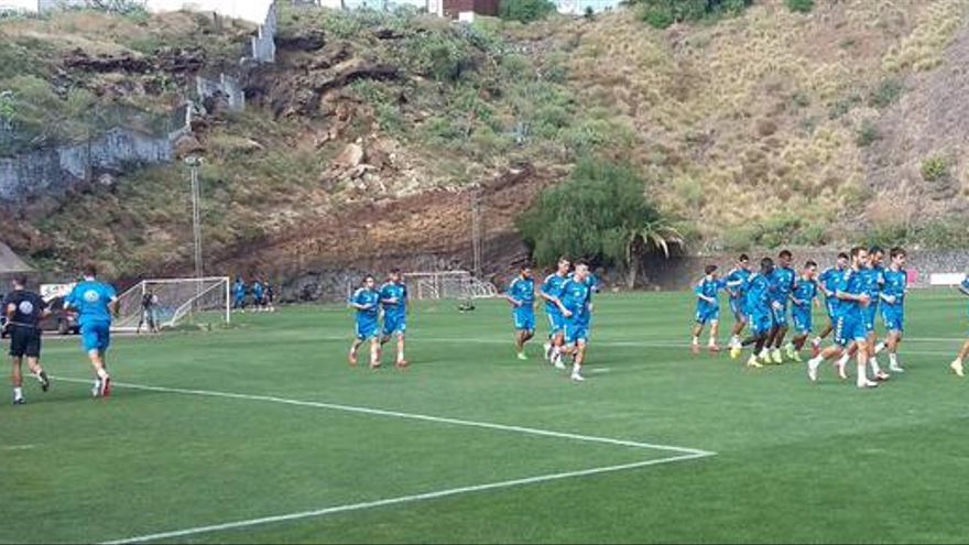 Los jugadores del Tenerife entrenando en El Mundialito.
