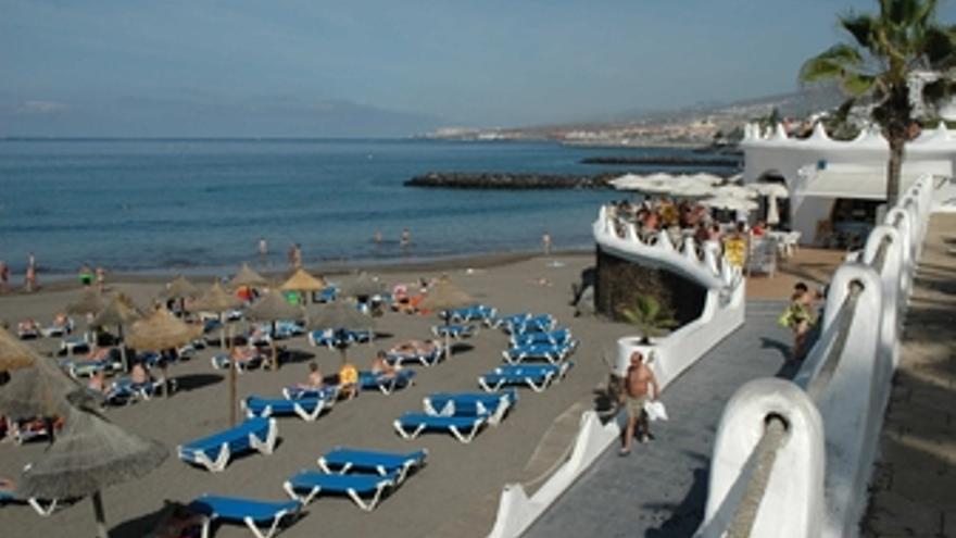 Turistas en una playa de Tenerife