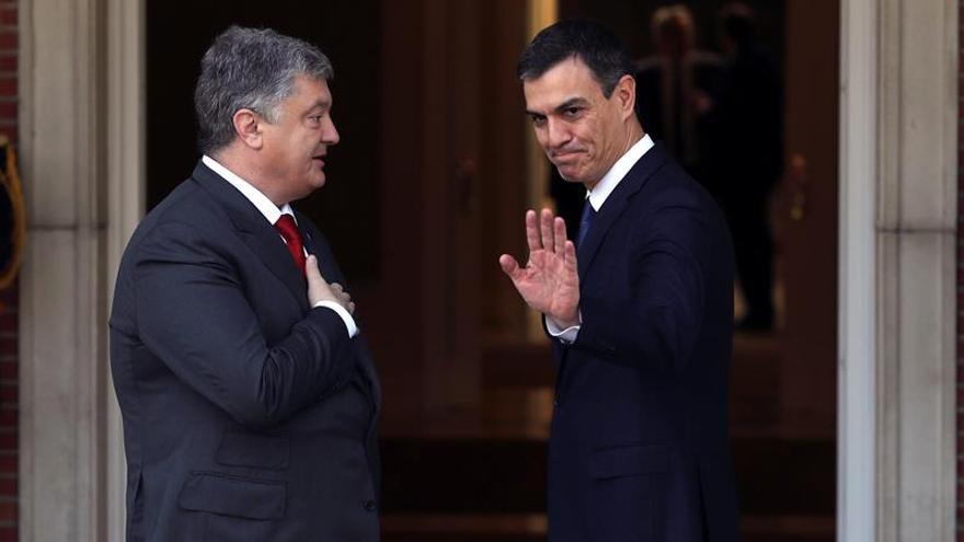 Sánchez recibe en Moncloa a Poroshenko en su primer acto como presidente.