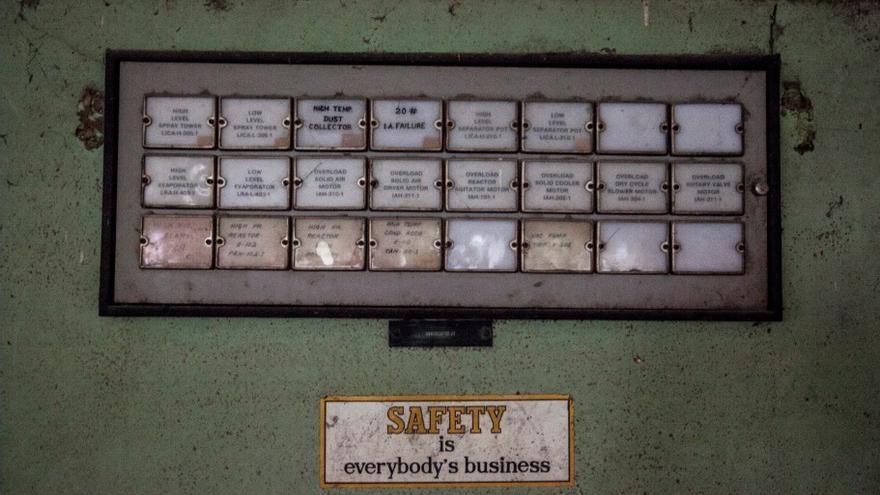 Los diales encargados de notificar el estado de los diferentes tanques de isocianato de metilo. Una pegatina -hoy cínica- que la seguridad es lo primero. // FOTO: Bernat Parera