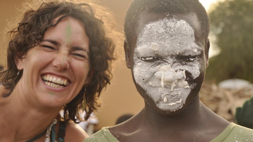 Lorena Enebral  junto a un compañero en Same (Tanzania), donde trabajó durante dos años para desarrollar un proyecto de fisioterapia | Imagen cedida por África Directo