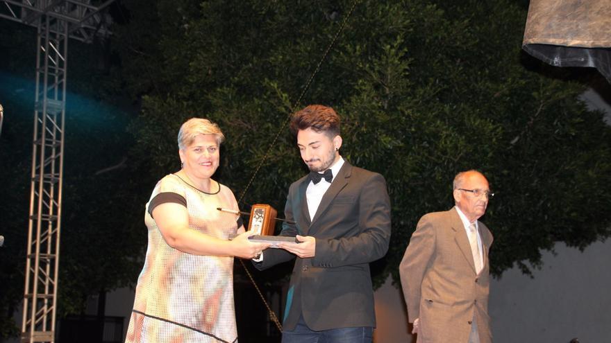 Noelia García entregó el premio a Jesús Martín Fernández. Foto: JOSÉ AYUT.