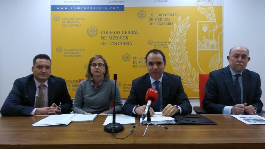Oscar Pascual, Maria Escorial, Santiago Raba Oruña y Vicente Alonso, del sindicato médico, en el comunicado de la huelga de pediatría