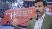 Ignacio Arsuaga, presidente de Hazte Oír, delante del bus tránsfobo de la organización.